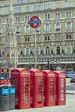 Rote Telefonstände Stockfotos