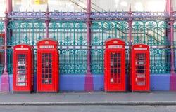 Rote Telefonstände Stockfoto