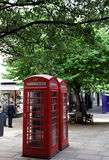 Rote Telefonstände. Zentrales London. Großbritannien. stockfoto