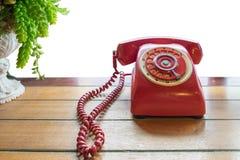 Rote Telefonweinlese im altem Stil auf Tabelle lizenzfreies stockbild