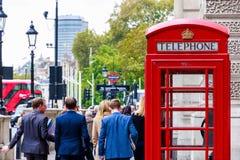 Rote Telefonzelle auf London-Straße lizenzfreies stockbild