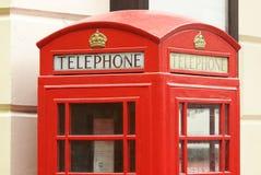 Rote Telefonzelle in London England lizenzfreie stockfotografie