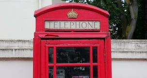 Rote Telefonzelle in London Großbritannien stock video