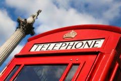 Rote Telefonzelle und Nelson Column Stockfotos