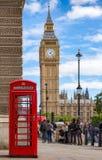 Rote Telefonzelle vor Big Ben in London, Vereinigtes Königreich Lizenzfreies Stockbild