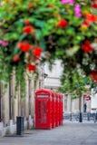 Rote Telefonzellen in der Covent-Gartenstraße, London, England Lizenzfreies Stockfoto