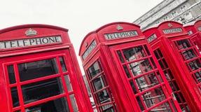 Rote Telefonzellen des breiten Gerichtes, Covent-Garten, London, Großbritannien Stockfotos