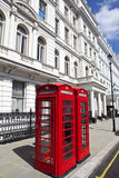 Rote Telefonzellen in London Stockbilder