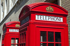 Rote Telefonzellen in London Stockbild