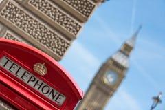 Rote Telefonzellen in London Stockbild