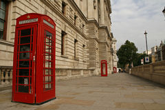Rote Telefonzellen nahe Whitehall in London Stockfotografie