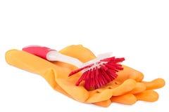 Rote Tellerreinigungsbürste mit Gummihandschuhen Stockfoto
