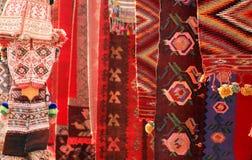 Rote Teppiche und Kleidung Stockfotografie