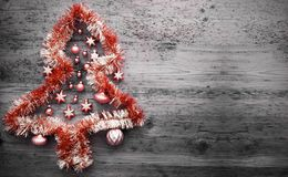 Rote Tinsel Christmas Tree, Kopien-Raum Stockbild