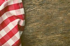 Rote Tischdecke über altem Holztisch Stockbild