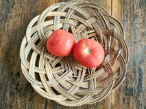 Rote Tomate auf der hölzernen Tabelle stockfotografie