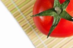 Rote Tomate auf der Matte Stockfoto