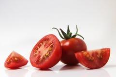 Rote Tomate auf einem weißen Hintergrund Stockbild