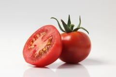 Rote Tomate auf einem weißen Hintergrund Lizenzfreie Stockbilder