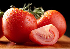 Rote Tomate im Wassertropfen Stockfotos
