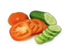 Rote Tomate und grüne Gurke gehackte Kreise Stockfotografie