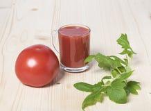 Rote Tomate und Tomatensaft Stockfotos