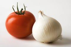 Rote Tomate und weiße Zwiebel Stockfotos