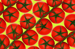 Rote Tomaten auf gelbem backround Lizenzfreie Stockbilder