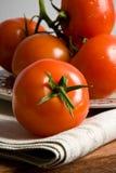 Rote Tomaten auf grauem Tuch Lizenzfreies Stockbild
