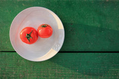 Rote Tomaten auf hölzerner Tabelle Stockfotografie