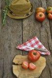 Rote Tomaten der organischen Bearbeitung auf hölzernem Lizenzfreie Stockfotografie