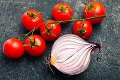 Rote Tomaten des Bündels und rote Zwiebel Lizenzfreie Stockbilder