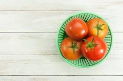 Rote Tomaten in einem Korb Lizenzfreie Stockbilder