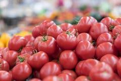Rote Tomaten in einem Supermarkt rohe Tomaten auf Markt Frische rote Tomaten im Supermarkt Stockfotografie