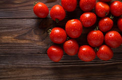 Rote Tomaten mit Wassertropfen Tomaten der unterschiedlichen Vielzahl omatoes Hintergrund Gesundes Lebensmittelkonzept der frisch Lizenzfreie Stockfotos