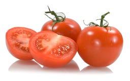 Rote Tomaten mit zwei Tomatesegmenten Lizenzfreies Stockbild