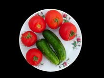 Rote Tomaten und grüne Gurken stockfoto