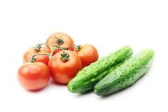 Rote Tomaten und grüne Gurken Stockbilder