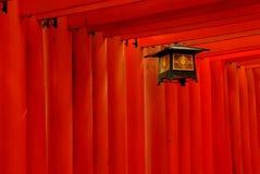 Rote torii Tore und Laterne Stockfotos
