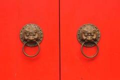 Rote Tür des traditionellen Chinesen mit Griff in einem alten Tempel Stockfotografie