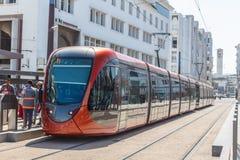 Rote Tram auf dem Halt stockfoto