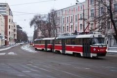 Rote Tram auf Moskau-Straßen Russland Stockfotos