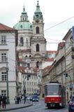 Rote Tram in der alten Stadt von Prag, Tschechische Republik Lizenzfreies Stockbild