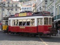 Rote Tram in der Mitte von Lissabon, Portugal lizenzfreie stockfotos