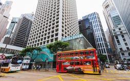 Rote Tram geht auf die Straße in Hong Kong Stockbilder