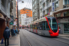 Rote Tram in Istanbul Stockfotos