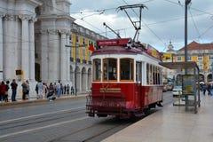Rote Tram in Lissabon Lizenzfreie Stockfotos