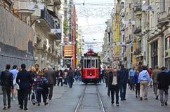 Rote Tram und Leute stockbild