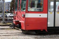Rote Tram während eines schönen Frühlings-Tages in Nyon, die Schweiz stockbilder