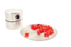 Vitaminpillen auf einer runden Platte und einem Timer Lizenzfreie Stockfotos